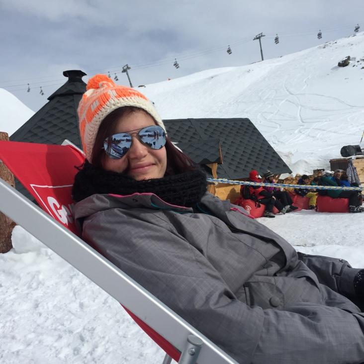 On profite du soleil sur les pistes de ski à Zermatt