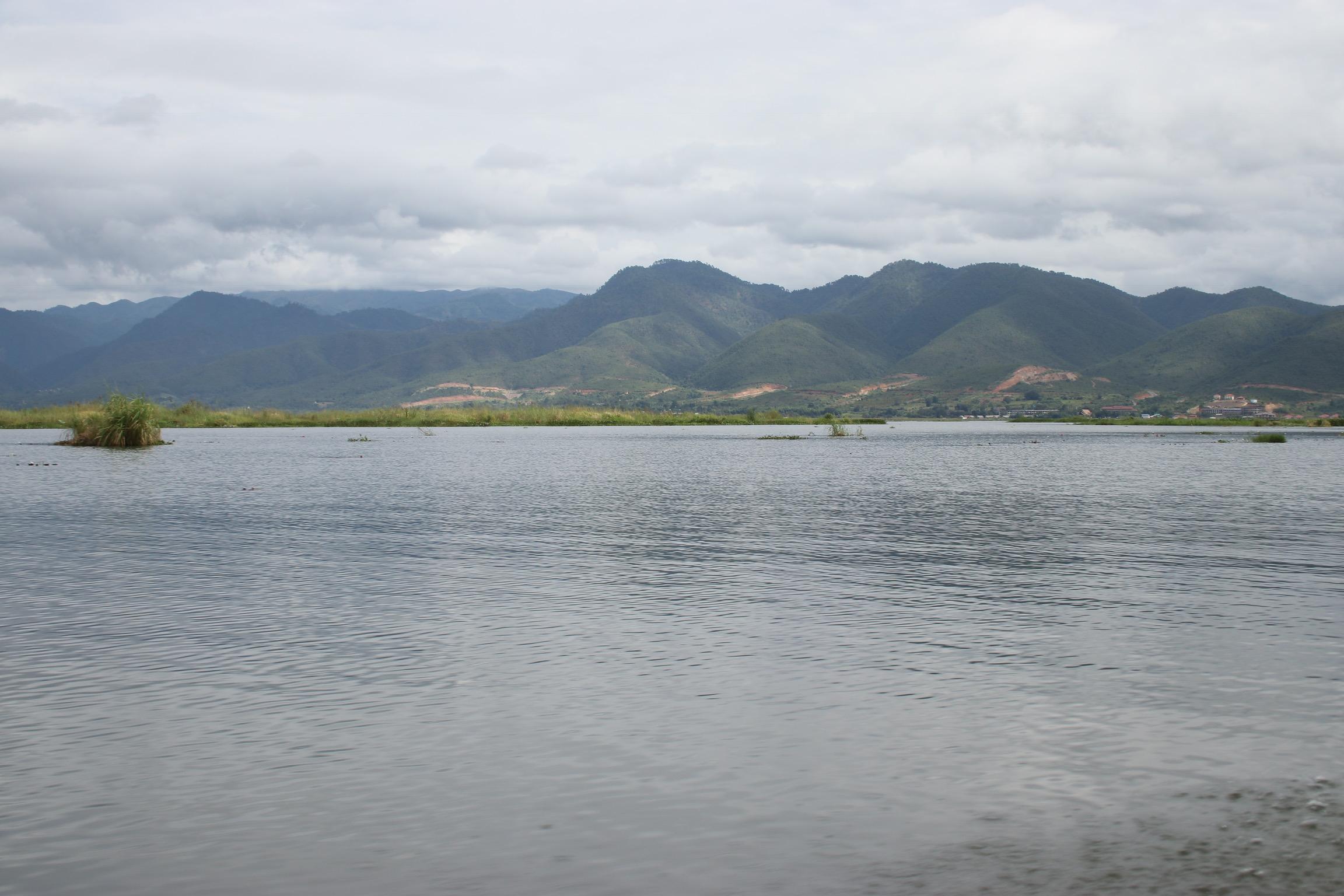Lac Inle avec les montagnes