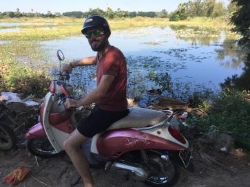 Julien en scooter rose