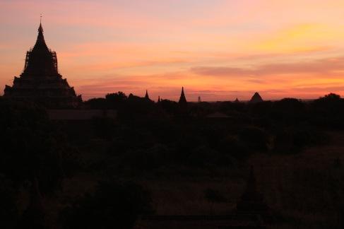 Magnifique lever de soleil sur la pagode Shwesandaw