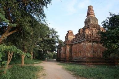 Petit temple en pierre rouge