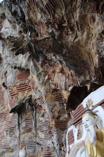 Centaines de bouddhas gravé dans la roche