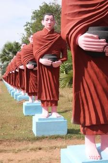 Allée de statues de moines