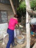 Julie essaie de piler le riz