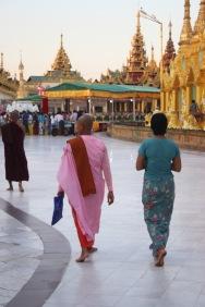 Birmans et moines viennent y prier