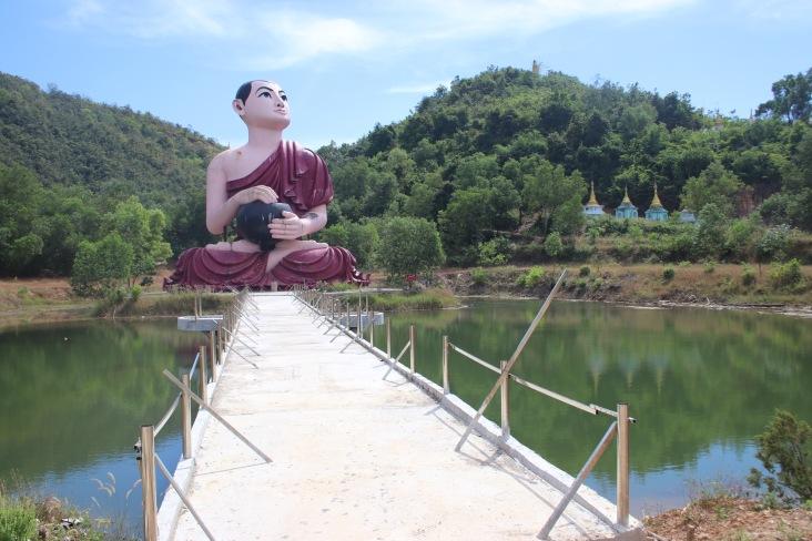 Grande statue de moine