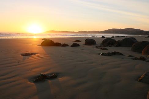 Lever de soleil sur les Moeraki boulders