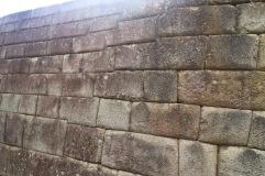 Mur de pierres découpées au millimètre